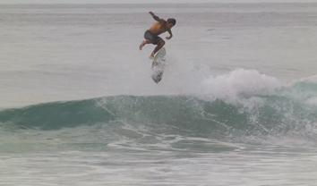 1988Skaters e surfistas juntam-se para tentar um kick flip nas ondas || 3:52