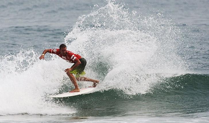 Justin Mujica usou o seu power surf para garantir um lugar no round 2.