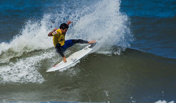Francisco Alves mostrou muito bom surf no seu primeiro heat, e, se perdeu no heat 2, foi porque não conseguiu encontrar ondas boas já em condições muito difíceis.