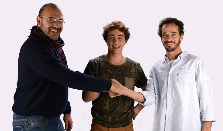Tomás Fernandes no momento da renovação com Paulo Martins e Rodrigo Pimentão.