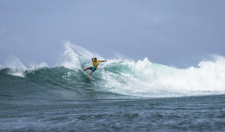 "Vasco Ribeiro ""varre"" mais um heat. Photo by WSL / Poullenot/Aquashot"