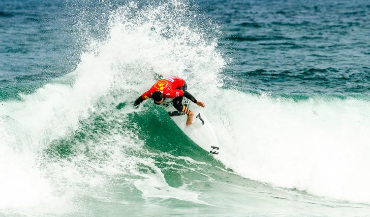 Tomás Fernandes finalizou as suas ondas com projecção, o que lhe garantiu uma vitória fácil. Photo by Pedro Mestre / Liga MOCHE