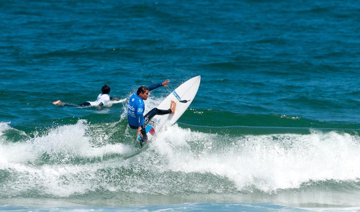 Eduardo Fernandes foi um de dois surfistas nacionais a vencer uma bateria no round 2. Photo by Tó Mané Photos