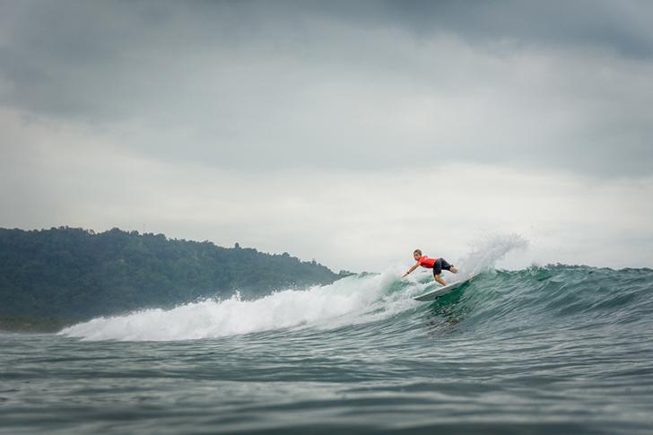 Guilherme Fonseca surfou muito bem no seu primeiro heat do dia 7 e garantiu o primeiro lugar. Photo by ISA I Jimenez