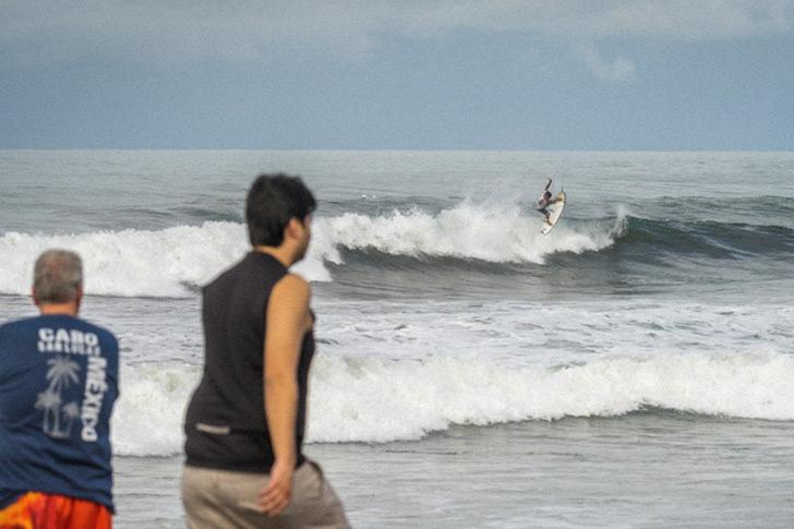 Pedro Henrique abusou do seu surf performance para se juntar a Guilherme Ribeiro nas meias finais. Ambos os resultados ajudaram a garantir a liderança de Portugal no final deste sexto dia. Photo by ISA I Evans