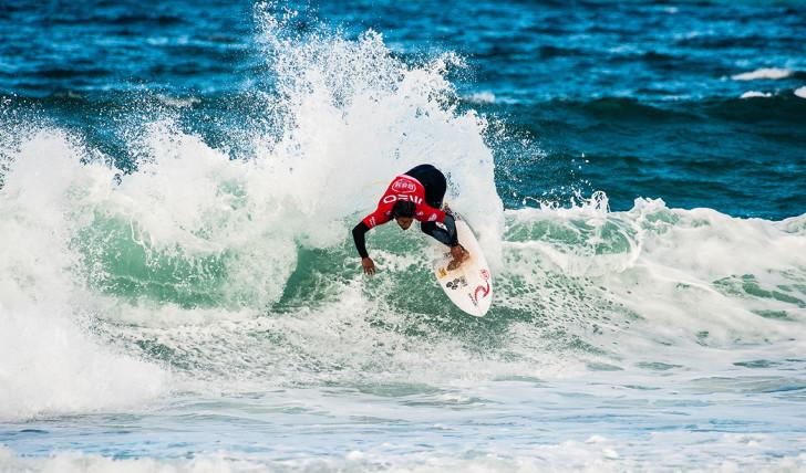 40023Disputa pelo título reduzida a 3 surfistas no Bom Petisco Cascais Pro | Dia 1