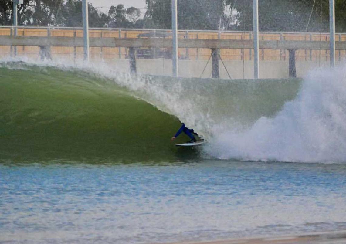 42087Sierra Kerr surfa de MATTA Shapes na piscina de ondas de Kelly Slater
