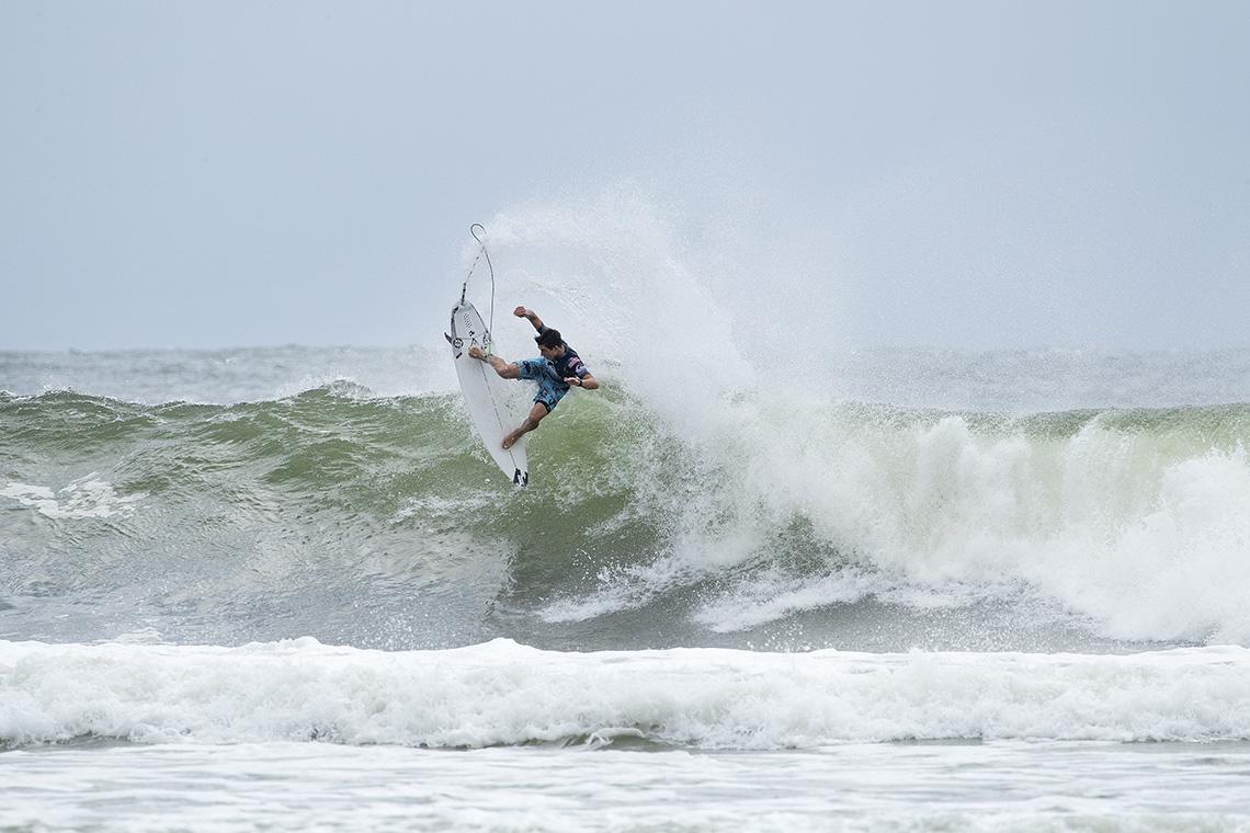 43205Frederico Morais cai para o round 2 no Quiksilver Pro Gold Coast