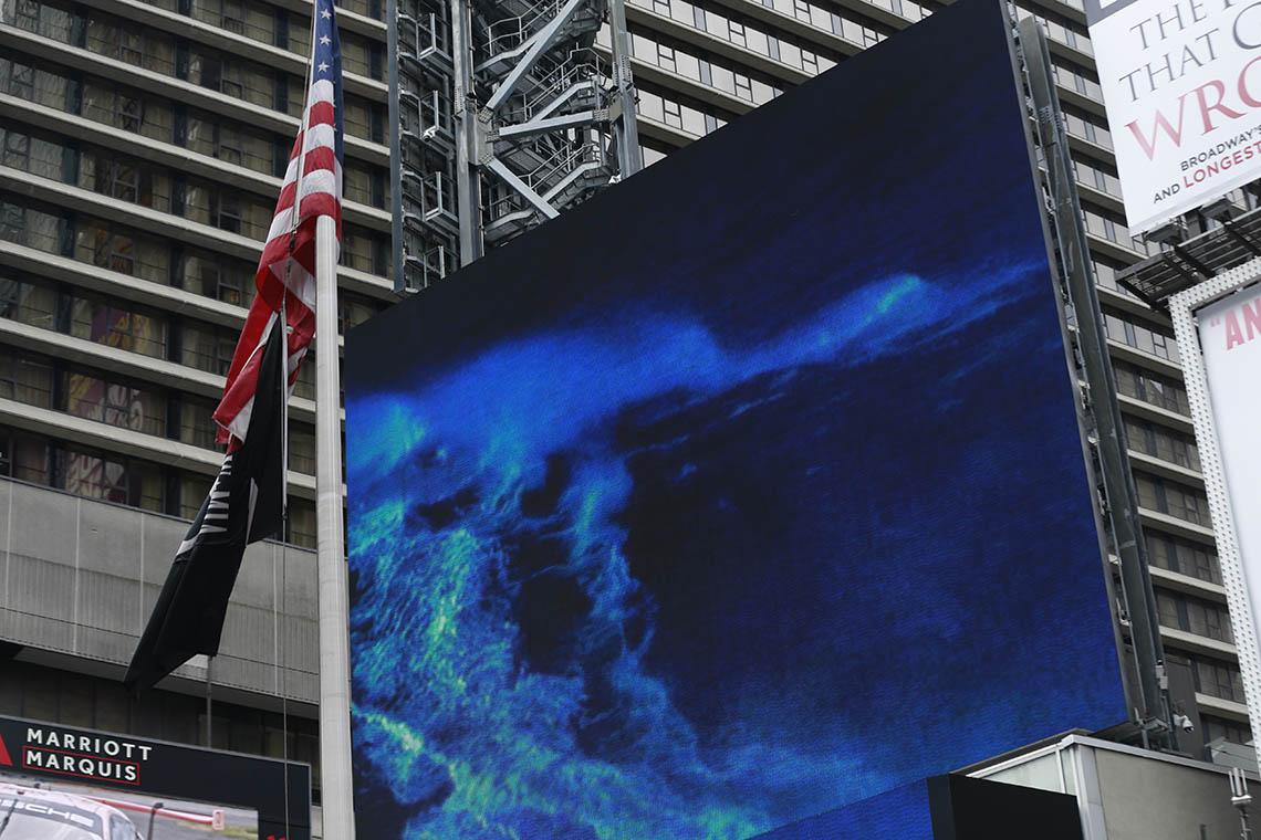 45439Onda gigante da Nazaré invade Times Square
