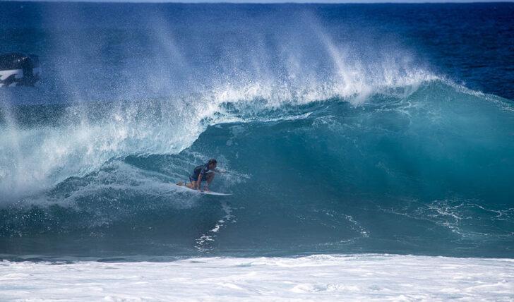 58305Dois surfistas disputam em Pipeline uma vaga para o Championship Tour de 2021…