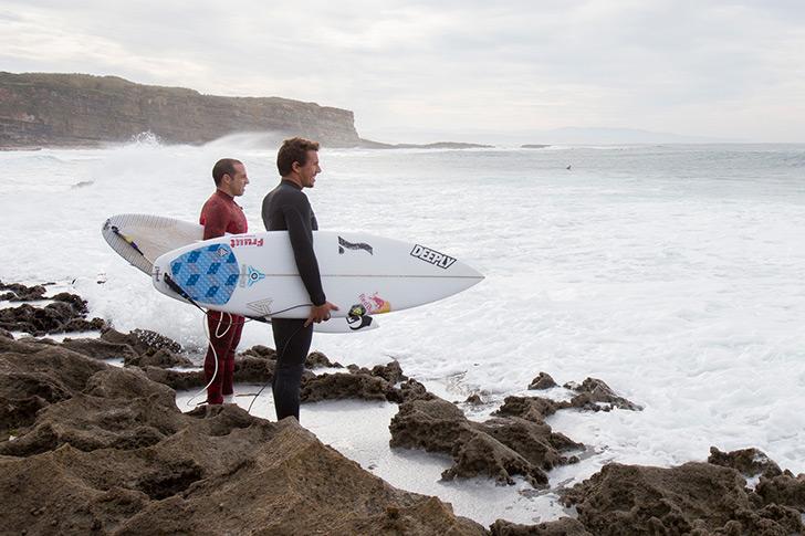 Tiago Pires e Vasco Ribeiro, juntamente com José Seabra, prometem uma equipe de sonho para o objectivo do surfista de 22 anos, a qualificação para a elite. Photo by Hugo Silva | Red Bull Content Pool