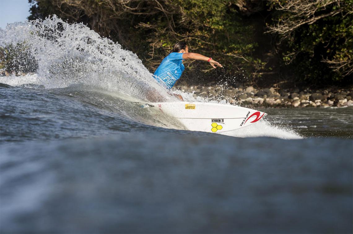 43414Miguel Blanco na fase man-on-man no Martinique Surf Pro   Teresa Bonvalot em 5º lugar.