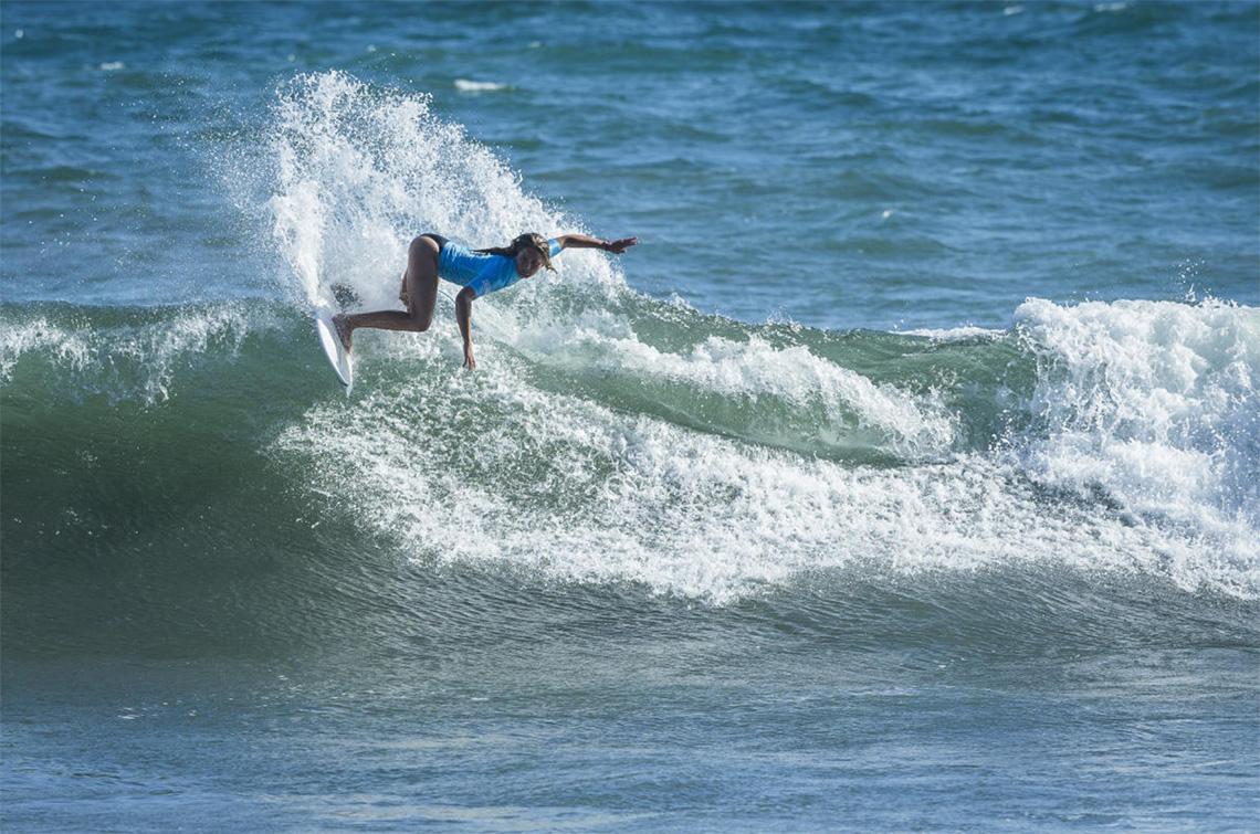 43403Teresa Bonvalot passa para os quartos de final man-on-man no Martinique Surf Pro