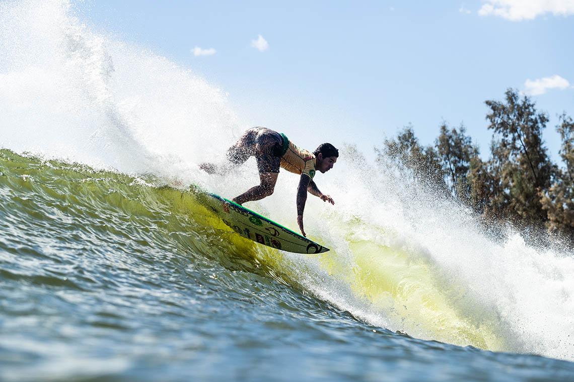 """52405Gabriel Medina surfa acima do """"pelotão"""" no Freshwater Pro"""