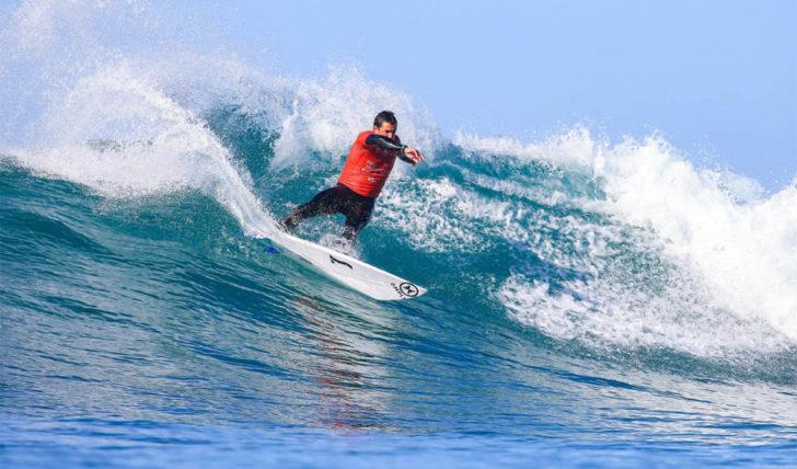 54699Vasco Ribeiro combina adversários nos tubos do Surfest Newcastle Pro